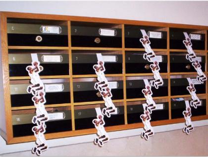 Poming/Perching se realizan rápidamente gracias a nuestro eficiente equipo de repartidores. La originalidad del servicio, colgando folletos con forma de percha en pomos o buzones, es un reclamo para e